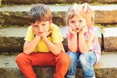 De zomervakantie en vakantie paar van kleine kinderen Jongen en meisje Kinderjaren eerste liefde beste vrienden, vriendschap en royalty-vrije stock afbeelding