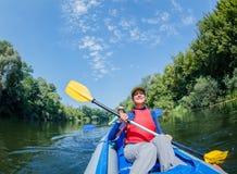 De zomervakantie - Gelukkig meisje met haar moeder die op rivier kayaking Stock Foto