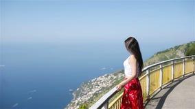 De zomervakantie in Itali? Jonge vrouw op de achtergrond, Amalfi Kust, Italië stock footage