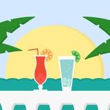 De zomervakantie met cocktails, zon en overzees Royalty-vrije Stock Foto
