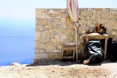De zomervakantie op de oude muur van het wegconcept met artisanaal Albanees honings en overzees panorama op de achtergrond stock foto's