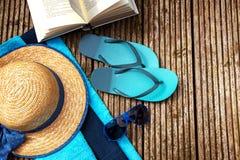 De zomervakantie, toebehoren voor strandvakantie en een boek op a Stock Foto's