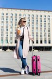 De zomervakantie, toerisme en reisconcept - vrouw met koffer stock foto's