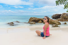 De zomervakantie, vakantie, gebaar, reis en mensenconcept - Stock Foto's