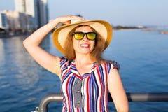 De zomervakantie, vakantie, reis en mensenconcept - glimlachende lachende jonge vrouw die zonnebril en hoed op strand dragen Royalty-vrije Stock Foto