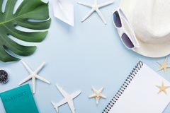 De zomervakantie, vakantie, reis en toerismeachtergrond van zonnebril, hoed, paspoort, blocnote, palmblad, vliegtuig en schip royalty-vrije stock foto's