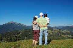 De zomervakantie van de familie in bergen. Stock Fotografie