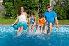 De zomervakantie van de familie, dichtbij pool Stock Foto's