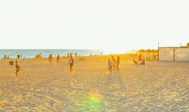 De zomervakantie van Spanje Jongeren die op het strand bij zonsondergang spelen Rota, Cadiz Royalty-vrije Stock Afbeeldingen