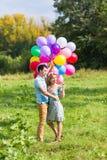 De zomervakantie, viering en het dateren van concept - koppel aan kleurrijke ballons in aard stock foto