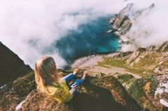 De zomervakanties in de toerist van de de reisvrouw van Noorwegen alleen het ontspannen royalty-vrije stock foto's