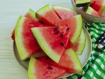 de zomervegetariër van watermeloenplakken op een witte houten verfrissing als achtergrond stock fotografie