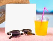 De zomerverkoop of aanbiedingsachtergrond voor bevordering Witte vierkante kaart op handdoek met zonnebril, gele cocktail en hoed Stock Foto's