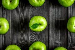 De zomervoedsel met groene appelen op donker achtergrond hoogste meningspatroon Royalty-vrije Stock Fotografie