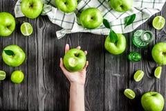 De zomervoedsel met groene appelen op donkere hoogste mening als achtergrond Stock Fotografie