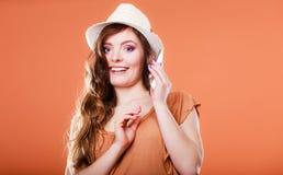 De zomervrouw die op mobiele telefoon spreken Royalty-vrije Stock Afbeelding