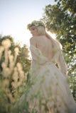 De zomervrouw in gras royalty-vrije stock foto's