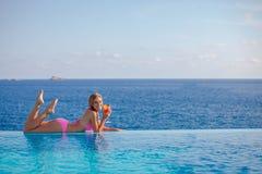 De zomervrouw het drinken cocktail in Mallorca Royalty-vrije Stock Afbeelding