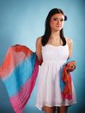 De zomervrouw met gekleurde sjaal op blauw Royalty-vrije Stock Foto's