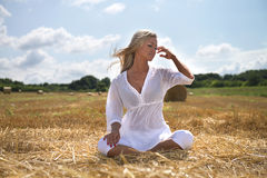 De zomervrouw op landbouwbedrijfgebied Royalty-vrije Stock Foto's