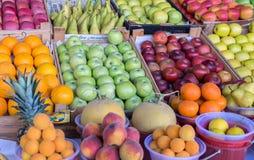 De zomervruchten appelen, mandarijnen, meloenen, ananassen, perziken royalty-vrije stock fotografie