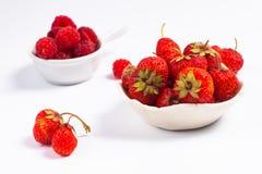 De zomervruchten conceptenaardbei en rasberry in ceramische kop  Stock Afbeeldingen