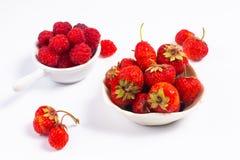 De zomervruchten conceptenaardbei en rasberry in ceramische kop  Stock Afbeelding