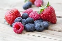 De zomervruchten en bessen, aardbeien, bosbessen, raspberrie Stock Foto