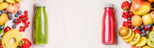 De zomervruchten en bessendranken Rode en groene smoothies en sappen in flessen met ingrediënten op witte lijstachtergrond, aan royalty-vrije stock afbeeldingen