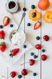 De zomervruchten Verse sappige bessen en abrikoos op de witte houten lijst, hoogste mening royalty-vrije stock afbeeldingen