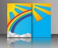 De zomerzon met wolken en regenboogachtergrond het document sneed stijl Stock Afbeeldingen