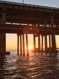 De de zomerzon plaatst onder de bruggen aan Pensacola-Strand stock foto's