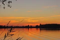 De zomerzonsondergang bij het meer royalty-vrije stock foto