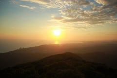 De zomerzonsondergang boven het blauwe overzees royalty-vrije stock afbeelding