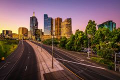 De zomerzonsondergang boven Melbourne royalty-vrije stock afbeelding