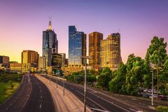 De zomerzonsondergang boven Melbourne royalty-vrije stock afbeeldingen