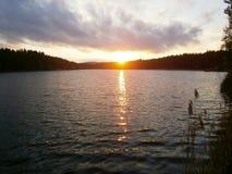 De zomerzonsondergang op de dam royalty-vrije stock afbeeldingen