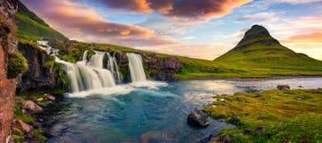 De zomerzonsondergang op de beroemde Waterval en Kirkjufell van Kirkjufellsfoss royalty-vrije stock foto