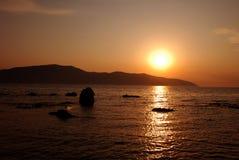 De zomerzonsondergang op de kust Royalty-vrije Stock Foto's