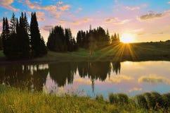 De zomerzonsondergang op de rivier stock foto