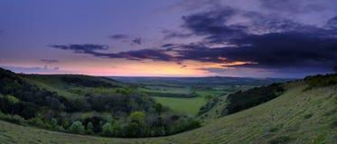 De de zomerzonsondergang over Meon-Vallei naar Beacon Hill en de Oude Heuvel van Winchester, Zuiden verslaat Nationaal Park royalty-vrije stock afbeelding
