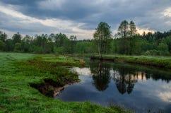 De zomerzonsopgang op de rivier Stock Afbeelding