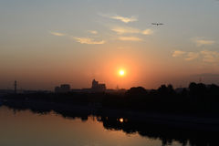 De zomerzonsopgang over stad Royalty-vrije Stock Fotografie