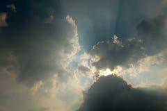 De zon is achter de wolken, wolken Stock Afbeeldingen
