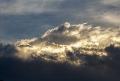 De zon achter dichte cumuluswolken royalty-vrije stock foto
