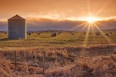 De zon barstte Prairiezonsondergang Stock Foto