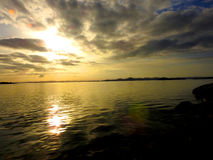 De zon bij zonsondergang over het overzees in Kroatië Sibenik 02 2017 Royalty-vrije Stock Afbeelding