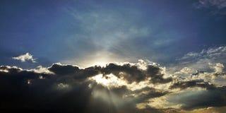 De zon coved door wolken Stock Afbeelding