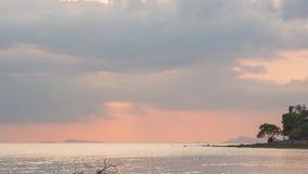 De zon daalt achter horizon op het overzees van Siam stock footage