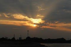De zon daalt Himel stock fotografie